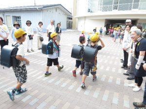 南山本小学校での声かけ運動の様子